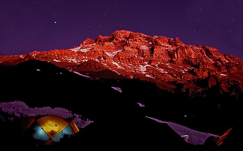 Blick liegend aus dem Zelt im Basislager auf den Wächter der Nacht